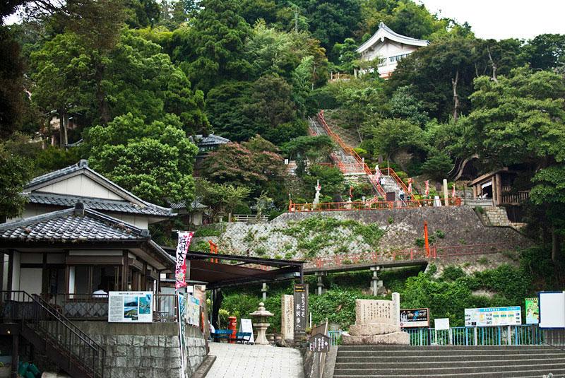 Храмы на острове в озере в Японии